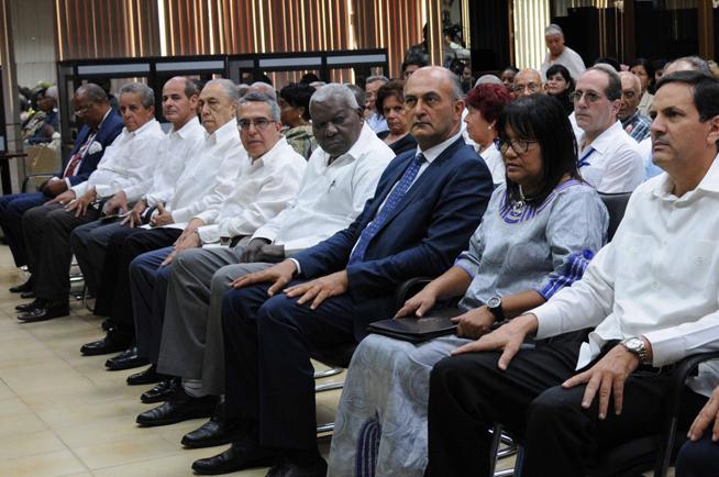 Esteban Lazo Hernández (C), presidente de la Asamblea Nacional del Poder Popular (ANPP), junto a Marcelino Medina González (centro izq.), ministro interino de Relaciones Exteriores (MINREX), asisten al acto de conmemoración del Día de África, en la sede del MINREX, en La Habana, Cuba, el 24 de mayo de 2019.