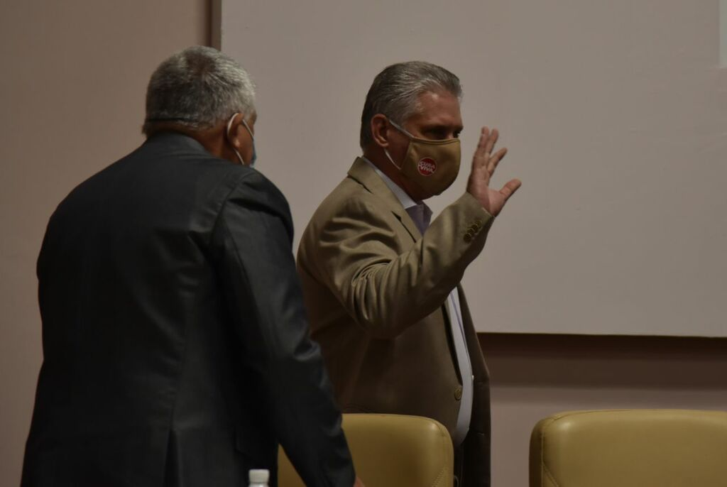 Presidente de Cuba asiste a presentación de dictamen de proyectos de leyes