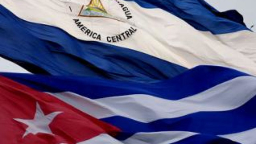 Feria cultural contra el Bloqueo. Banderas Cuba y Nicaragua