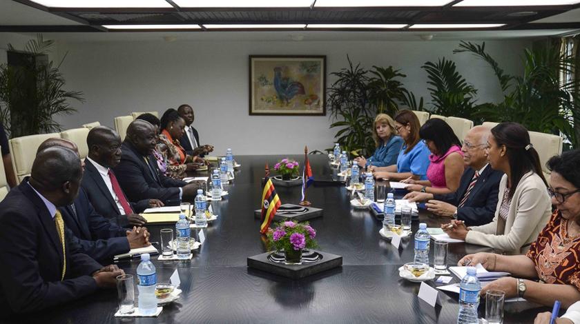 Fraternal intercambio entre Ricardo Cabrisas y el Vicepresidente de la República de Uganda