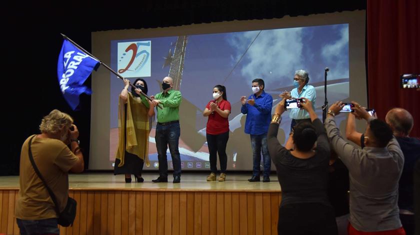 Reciben medios de prensa cubanos Bandera de Proeza Laboral