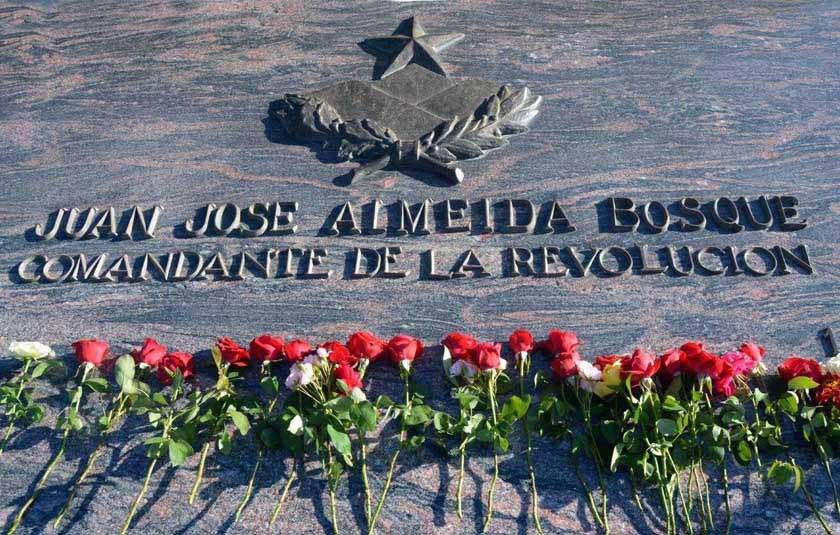 Ofrendas florales de Raúl y Díaz-Canel en homenaje al Comandante Juan Almeida