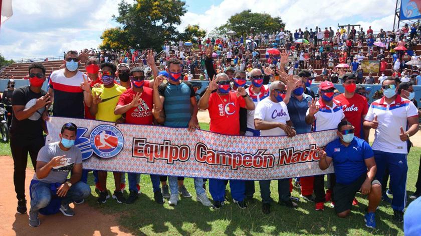 Integrantes del equipo de Béisbol de la provincia de Granma, campeón de la LX Serie Nacional, a su llegada al Estadio Mártires de Barbados, ciudad de Bayamo, Cuba, 5 de abril de 2021.