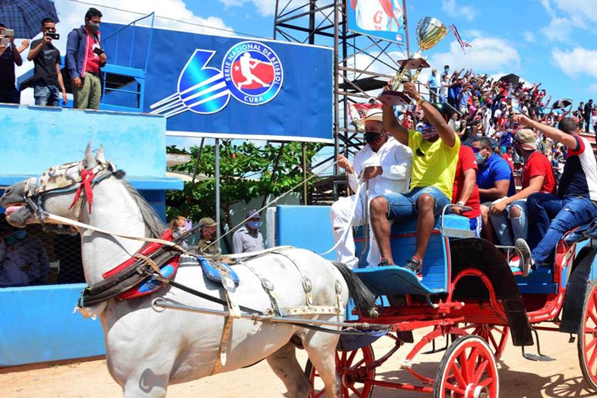 Roel Santos, primer bate y jardinero central del equipo de Béisbol de la provincia de Granma, campeón de la LX Serie Nacional, porta la copa del triunfo a su llegada al estadio Mártires de Barbados, ciudad de Bayamo, Cuba, 5 de abril de 2021.