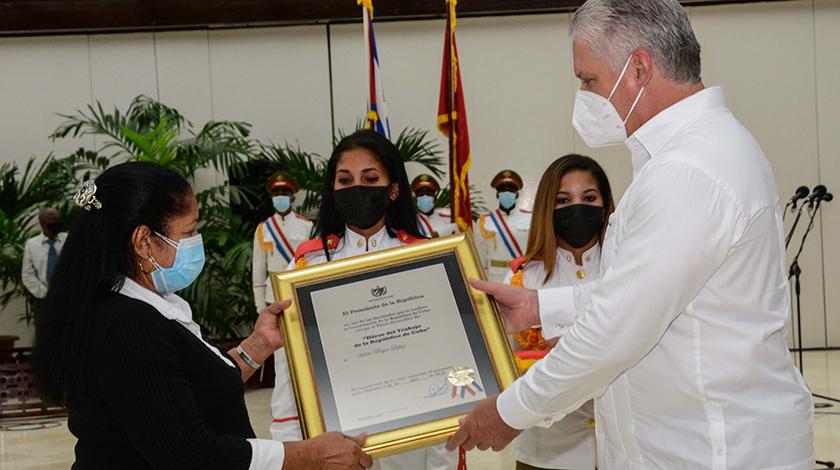 De manos de Miguel Díaz-Canel Bermúdez, Primer Secretario del Partido Comunista de Cuba (PCC) y Presidente de la República, recibieron hoy el Título Honorífico de Héroes y Heroínas del Trabajo de la República de Cuba trabajadores destacados de ocho sindicatos nacionales.