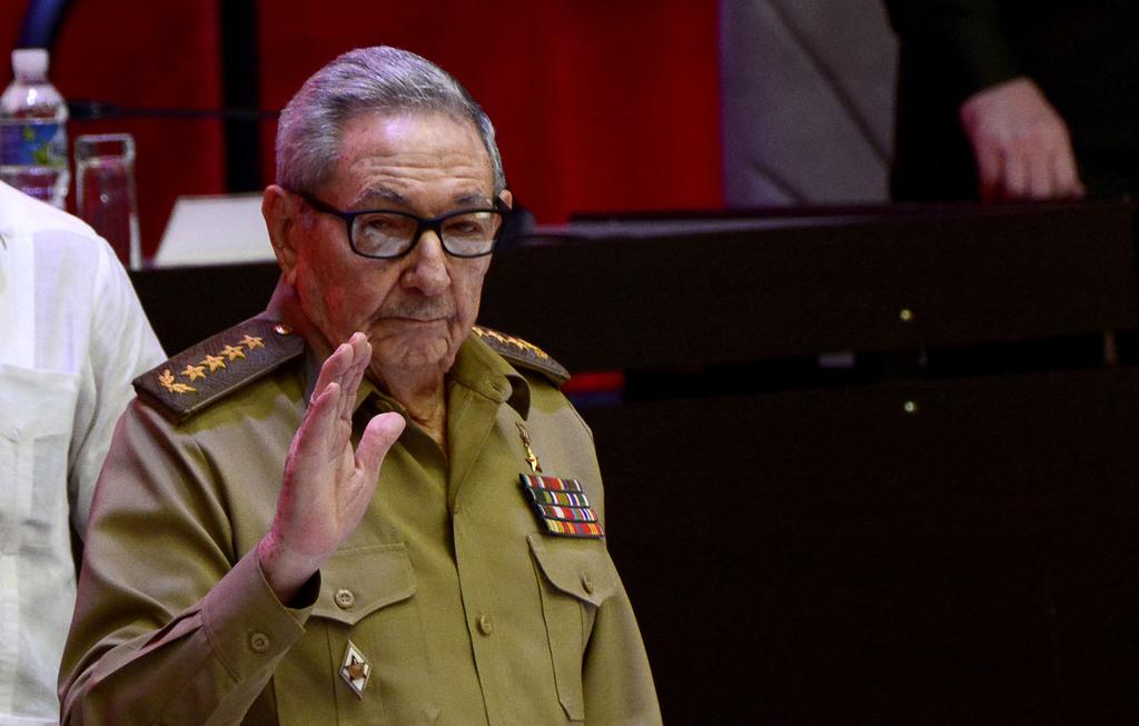 El General de Ejército Raúl Castro Ruz, tras la elección de Miguel Díaz-Canel Bermúdez, Presidente de la República, como Primer Secretario del Comité Central del Partido Comunista de Cuba (CC PCC), durante la Sesión de Clausura del VIII Congreso del PCC, en el Palacio de Convenciones, en La Habana, el 19 de abril de 2021. ACN FOTO/ Ariel LEY ROYERO