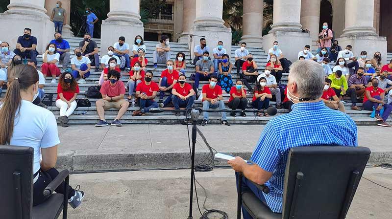 Intercambia presidente cubano con un centenar de jóvenes en la Universidad de La Habana