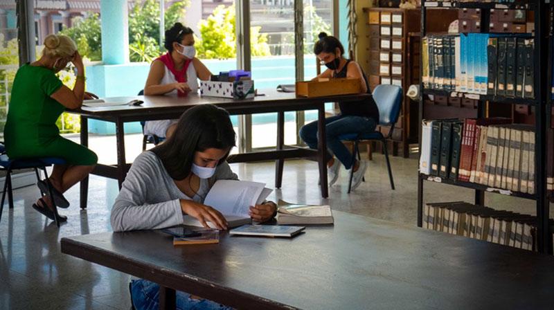Felicita Díaz-Canel a bibliotecarios cubanos en su día