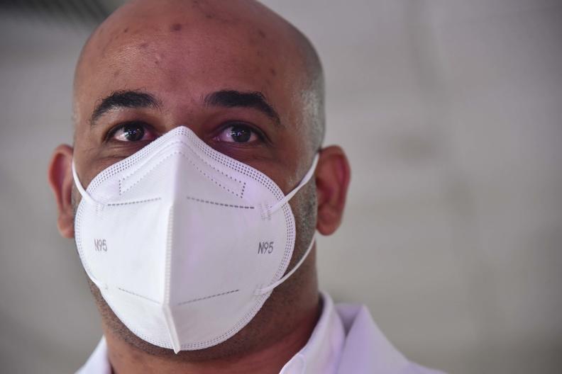 """El Dr. Ángel Luis Cordero Blanco, miembro de la Brigada médica, perteneciente al contingente """"Henry Reeve"""" que enfrentaron la COVID-19 en Sudáfrica, ofrece declaraciones a la Agencia Cubana de Noticias (ACN), a su arribo al Aeropuerto Internacional José Martí de La Habana, Cuba, el 26 de junio de 2021. ACN FOTO/Omara GARCÍA MEDEROS/ogm"""
