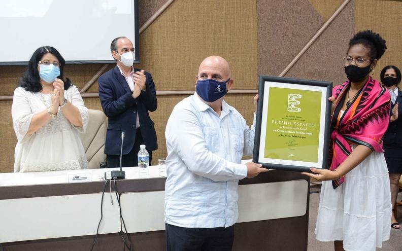 José Manuel Válido Rodríguez (centro der.), recibe el Premio Espacio en la Categoría: Comunicación Institucional, durante el acto de por el aniversario 30 de la Asociación Cubana de Comunicadores Sociales (ACCS), en el Palacio de las Convenciones de La Habana, el 26 de junio de 2021. ACN FOTO/ Marcelino VÁZQUEZ HERNÁNDEZ/ rrcc
