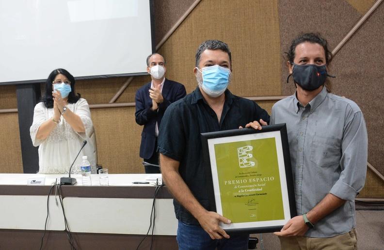 Rogelio Carmenate Carmenate (D), recibe el Premio Espacio en la Categoría: Comunicación Social, durante el acto de por el aniversario 30 de la Asociación Cubana de Comunicadores Sociales (ACCS), en el Palacio de las Convenciones de La Habana, el 26 de junio de 2021. ACN FOTO/ Marcelino VÁZQUEZ HERNÁNDEZ