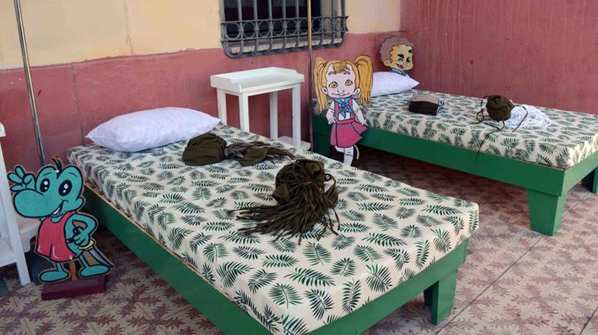 """Artistas y creadores camagüeyanos donan artículos de utilidad a escuelas de educación especial, que han funcionado como centros de aislamiento durante la pandemia, como parte de las iniciativas del Fondo Cubano de Bienes Culturales en la campaña """"Desde el fondo de mi corazón"""", en Camagüey, Cuba, el 27 de julio de 2021. ACN FOTO/ Rodolfo BLANCO CUÉ"""