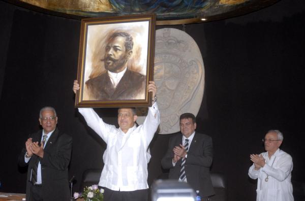 El presidente de Costa Rica, Luis Guillermo Solís, recibió un cuadro del General del Ejército Libertador, Antonio Maceo, durante el acto de otorgamiento de la condición de académico correspondiente Extranjero de la Academia de Historia de Cuba, en acto efectuado en el Aula Magna de la Universidad de San Gerónimo, en la Habana Vieja. Foto Modesto Gutiérrez