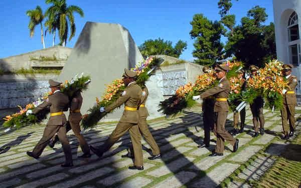 Ofrenda floral del General de Ejército Raúl Castro a José Martí