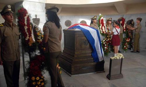 Ofrendas florales de Fidel y Raúl al Héroe Nacional José Martí