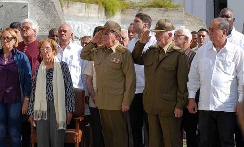 Presidió Raúl Castro honores militares en funerales de Pedro Miret