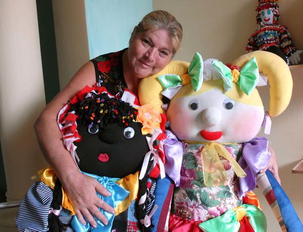 En Camagüey se cosen muñecas con hilos de amor