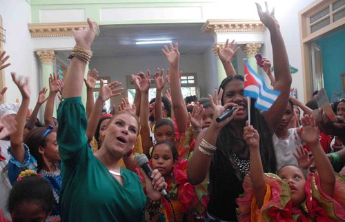Comparte Olga Tañón con niños santiagueros de enseñanza especial