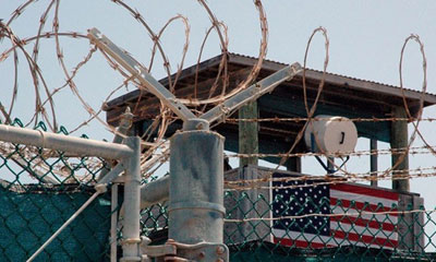 Exponen carteles por la paz y cierre de base naval yanqui