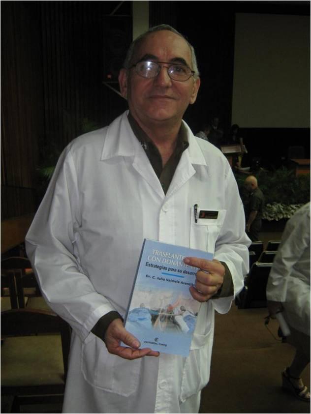 Doctor en Ciencias Médicas Julio Valdivia Arencibia, Especialista de Segundo Grado en Nefrología, más de 40 años de experiencia profesional