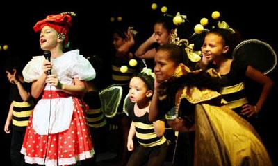 Una especial acogida entre pequeños y adultos tiene en la provincia de Santiago de Cuba la Compañía de Teatro Infantil La Colmenita, que desde el jueves ocho y hasta mañana realiza una gira por barrios, poblados y comunidades de este oriental territorio.